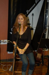 LaRaine thanking Delaney, Will, Don and Lori for an awesome Songwriter Showcase, and introducing the first Open Mic performance.